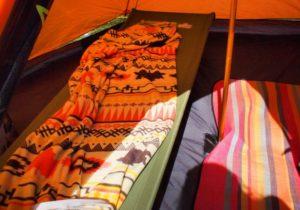 テントの中で寝られるように設置したハンモック