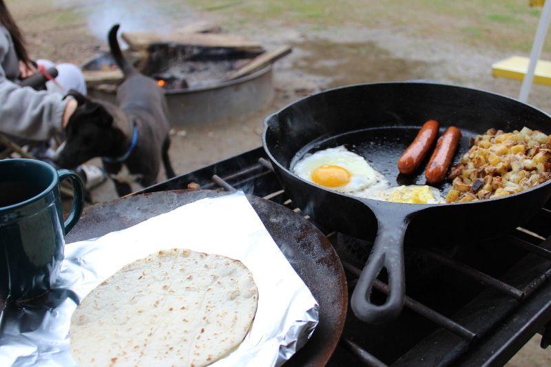 フライパンで調理されたキャンプの朝食
