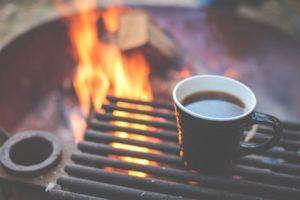 焚き火台にコーヒーを置いている