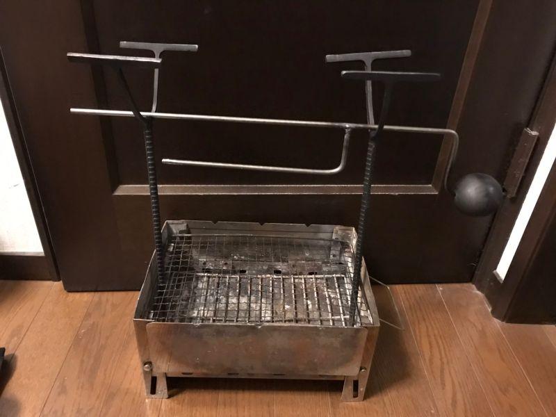焚き火台に挿した自作の肉焼き機