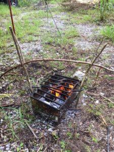 ブッシュクラフトの肉焼き機
