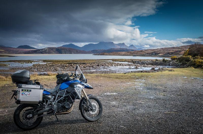 川辺に停めたバイク