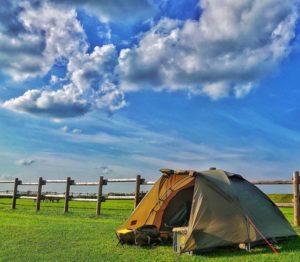 青空の下に設営されたテント
