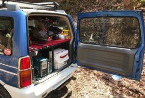 トランクを開けて中の荷物が見える状態のジムニー