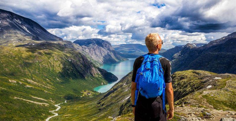 リュックを背負って高い所から景色を眺める男性
