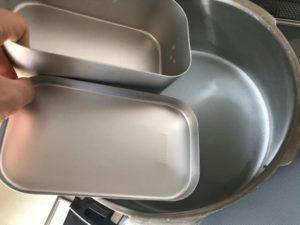 メスティンを鍋の中に入れるところ