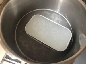 米のとぎ汁の中に入れたメスティン