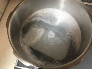 沸騰した米のとぎ汁の中のメスティン